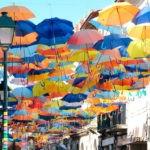 Зонтики в небе города Агеда, Португалия