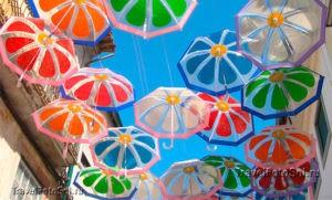 Зонтики-в-небе-города-Агеда,-Португалия